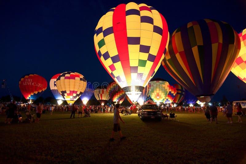 人们为发光气球做准备在每年热空气气球节日 免版税库存图片