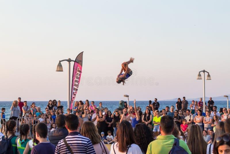 人们为年底庆祝和体操示范聚集了在伊拉克利翁市海岸 免版税库存图片
