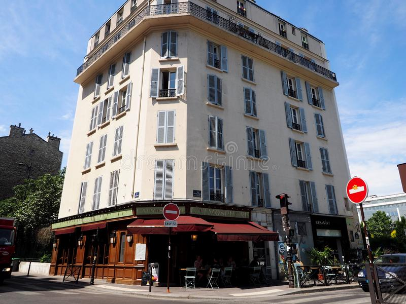 人们享受一个晴朗的下午在一个巴黎人咖啡馆大阳台 库存照片