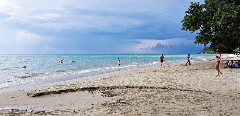 人们享受与天空蔚蓝的好夏天 免版税图库摄影