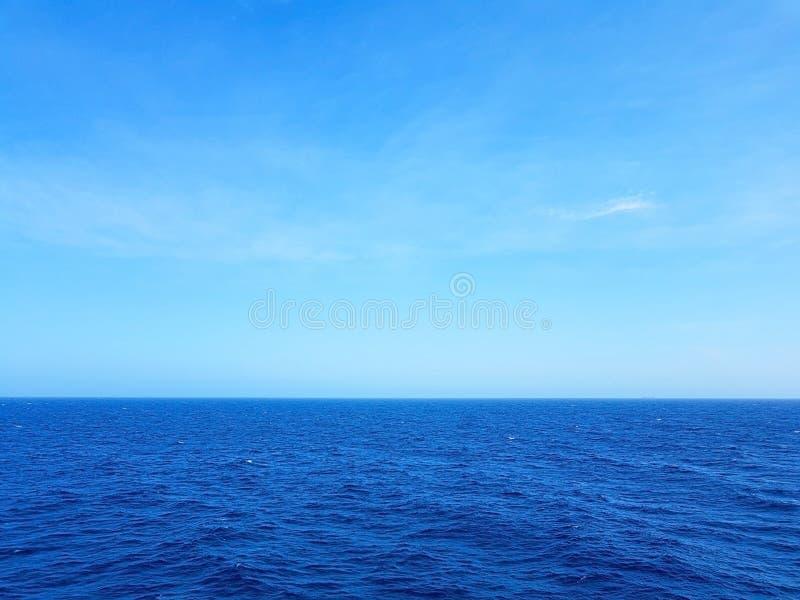 人们享用旅行到阿鲁巴、博内尔岛、库拉索岛、巴拿马和卡塔赫钠的游轮国君 免版税库存照片