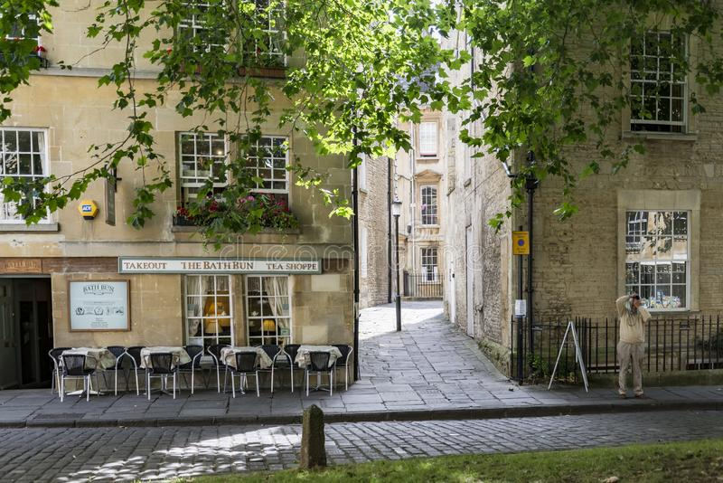 人们享用街道在历史名城巴恩英国 免版税库存图片