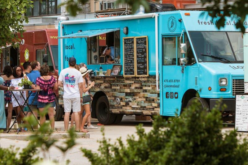 人们从食物卡车等待并且预定在亚特兰大节日 免版税库存照片