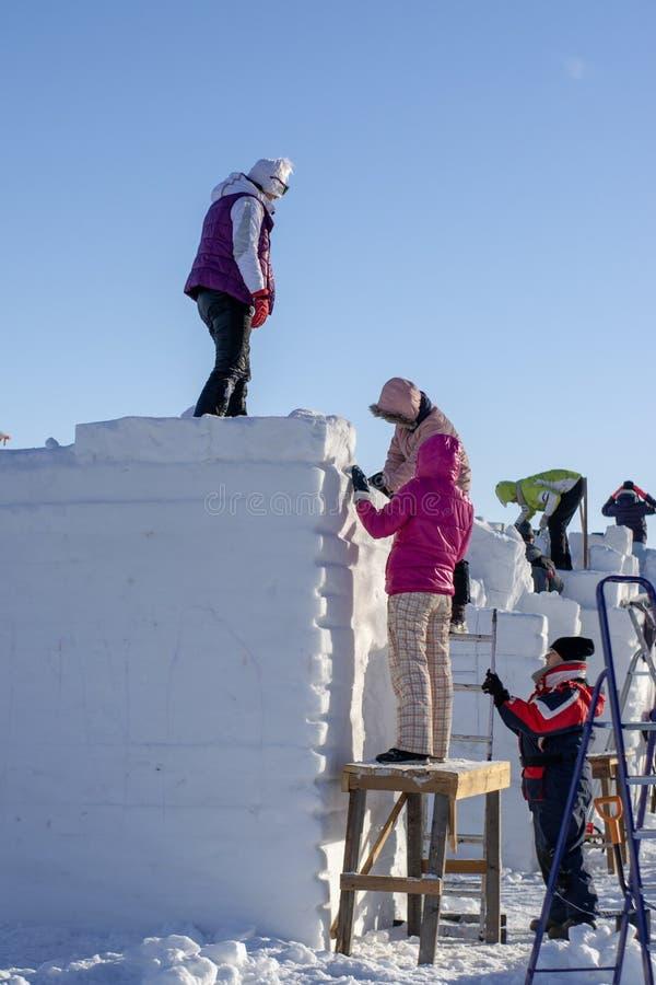 人们创造雪雕 库存照片
