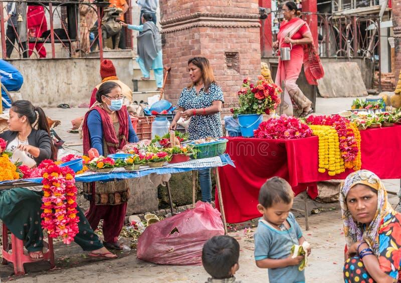 人们卖花项链近到加德满都Durbar广场 免版税库存图片