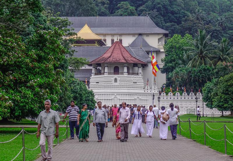 人们参观神圣的牙遗物寺庙 库存照片
