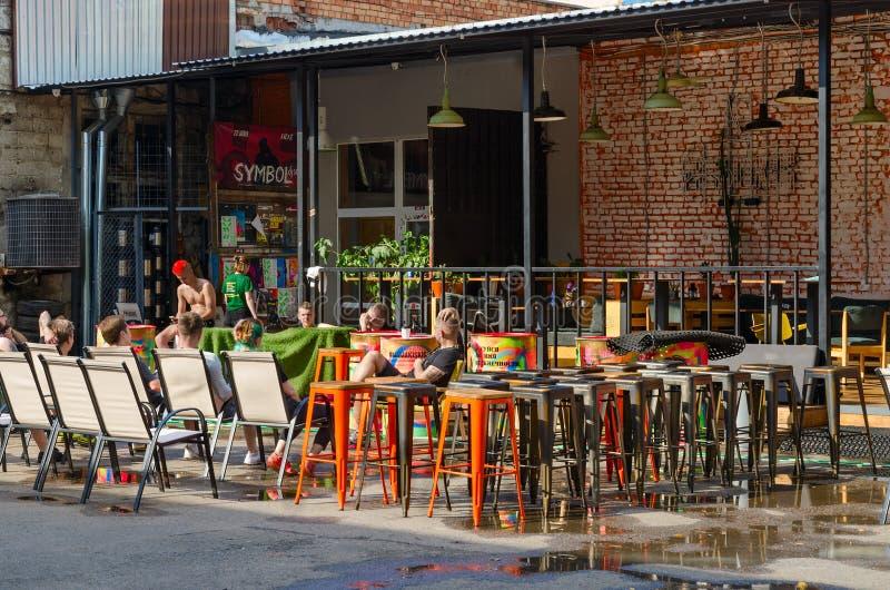 人们可以在白俄罗斯明斯克热门的Oktyabrskaya街的室外咖啡厅放松 库存照片