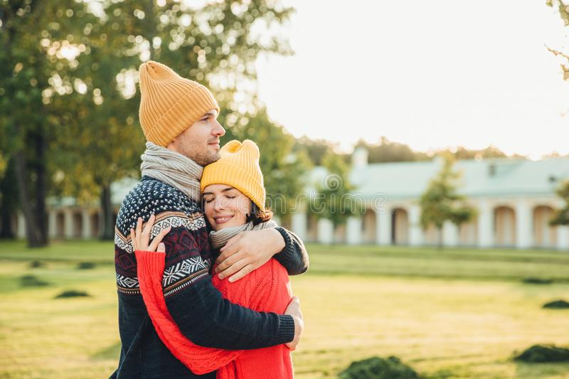人们和严紧概念 在爱的年轻夫妇有日期,互相拥抱,感受支持,是单独的在公园,有完善 库存图片