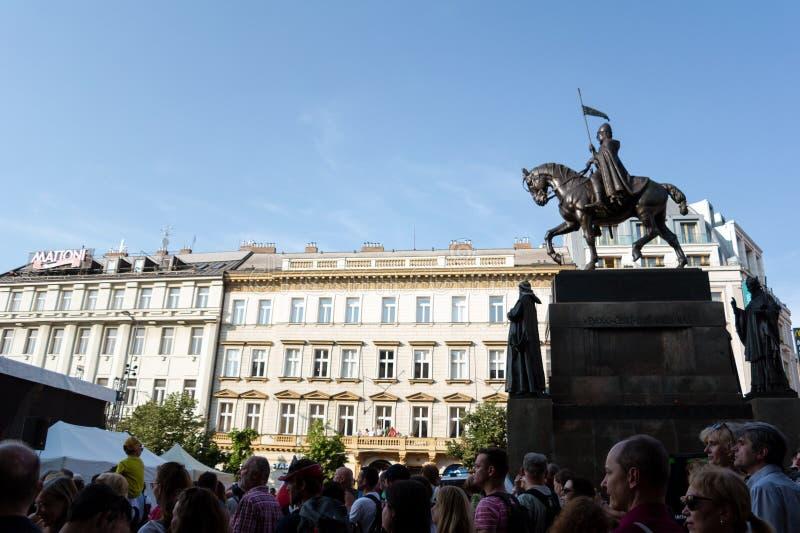 人们和人群是抗议和展示在布拉格,捷克/Czechia 免版税库存图片