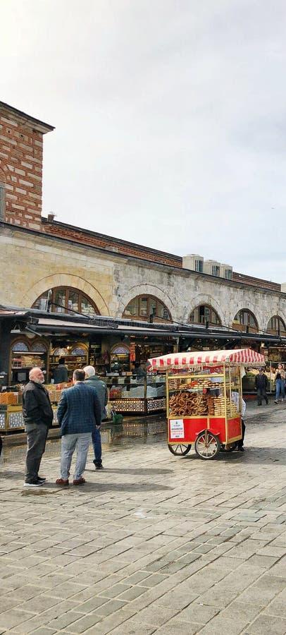 人们和土耳其百吉卷推车在街道在Eminonu义卖市场在伊斯坦布尔,土耳其 库存照片