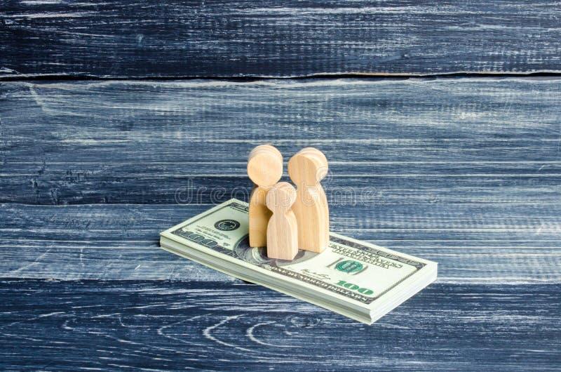人们和孩子在堆站立美元 在金钱的人立场 缴纳税,得到好处 家庭储款, 库存图片