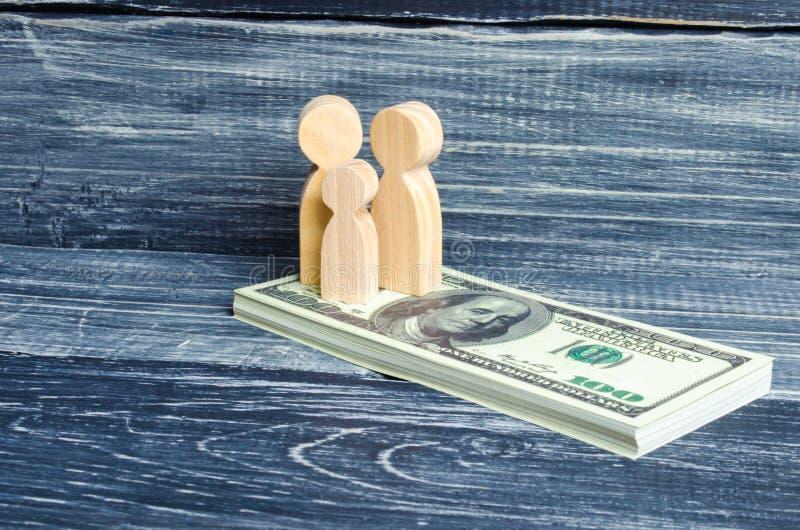 人们和孩子在堆站立美元 在金钱的人立场 缴纳税,得到好处 家庭储款, 图库摄影