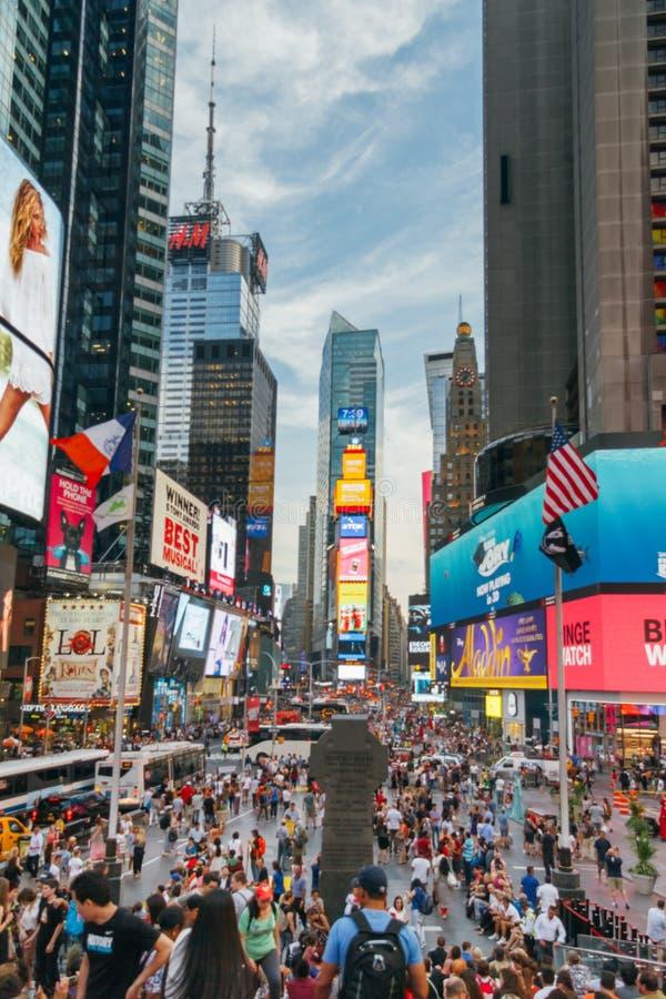 人们和带领给盘区做广告在时代广场,纽约,美国 免版税库存照片