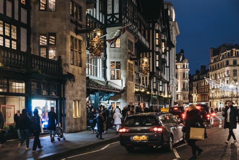 人们和汽车在自由百货店前面牛津马戏的,伦敦,英国 库存照片