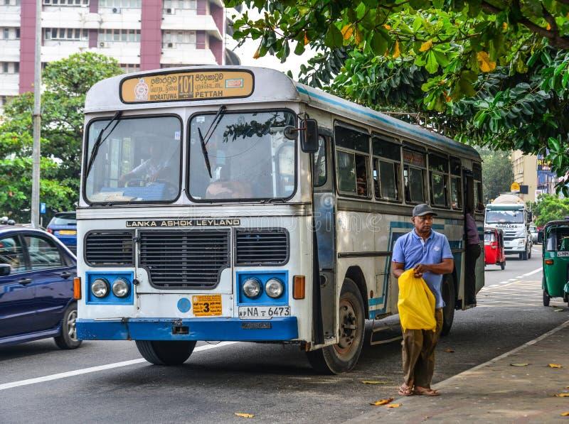 人们和车在主要公交车站 免版税图库摄影
