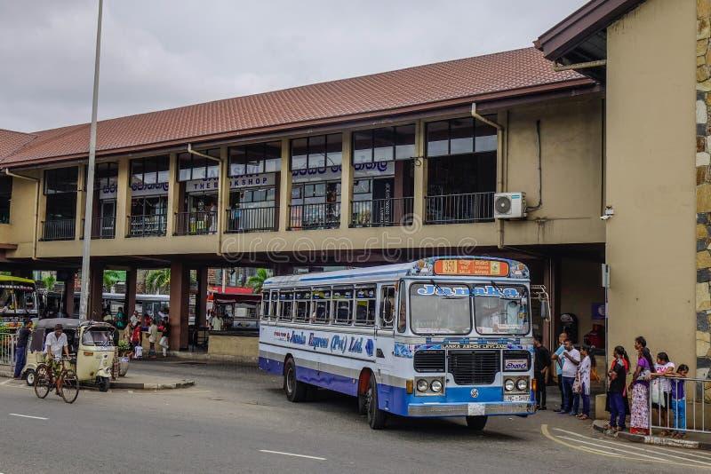 人们和车在主要公交车站 免版税库存图片