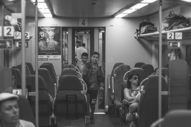 人们在一只高速电车燕子在夏天,黑白照片进来 库存照片