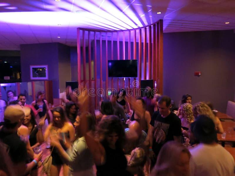 人们在俱乐部跳舞在晚上 免版税库存照片