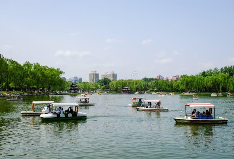 人们在公园 陶然亭公园是位于北京的一个主要城市公园,中国 库存照片