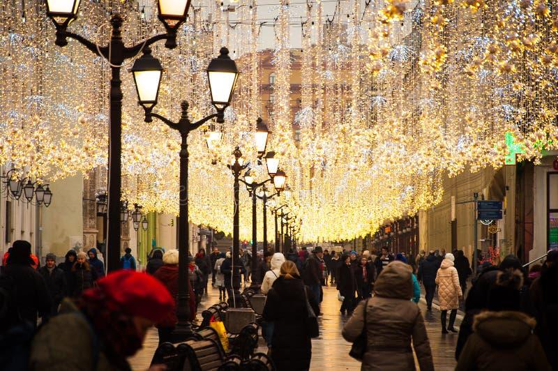 人们在其中一条走欢乐地装饰的街道在莫斯科 库存照片
