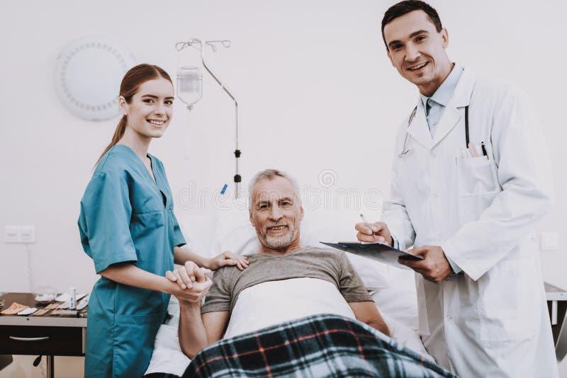 人们在医院 有愉快的患者的医生 库存照片