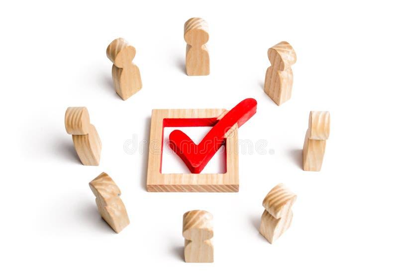 人们在圈子和神色站立在箱子的校验标志 竞选、民意测验或者公民投票 选民参加竞选 免版税库存图片