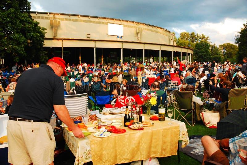 人们在坦格伍德的演唱会前摆好野餐桌 免版税库存照片
