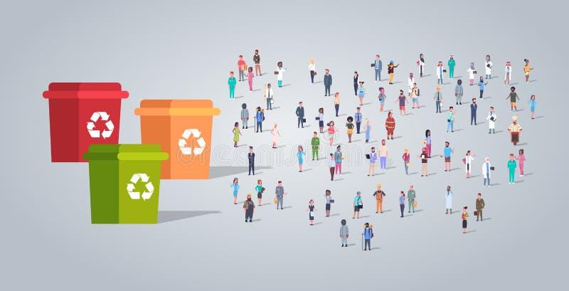 人们在垃圾的五颜六色的容器附近编组不同的职业雇员混合种族工作者人群的回收站 向量例证