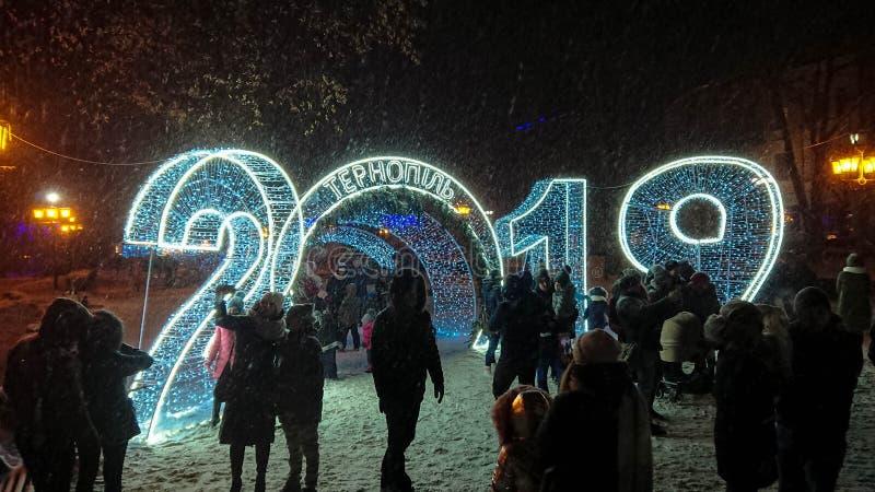 人们在大轻的诗歌选附近被拍摄 暴雪落 免版税图库摄影