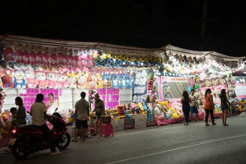 人们在晚上参观Phra萨穆特Chedi寺庙市场 库存照片