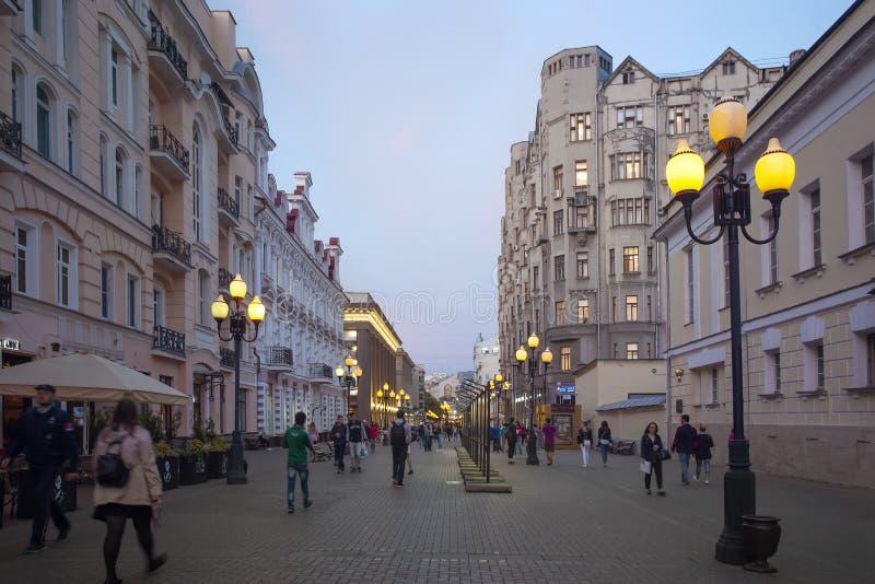 人们在晚上走在老Arbat街道 莫斯科 库存照片