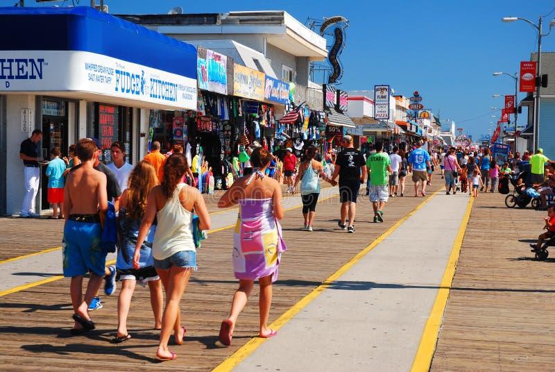 人们在木板路上享受阳光明媚的夏日 库存图片