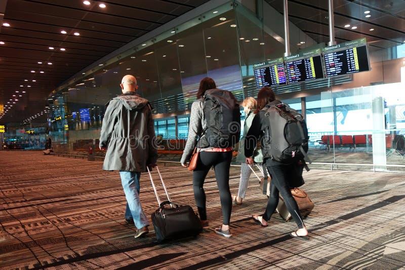 人们在樟宜国际机场到来大厅里 免版税图库摄影