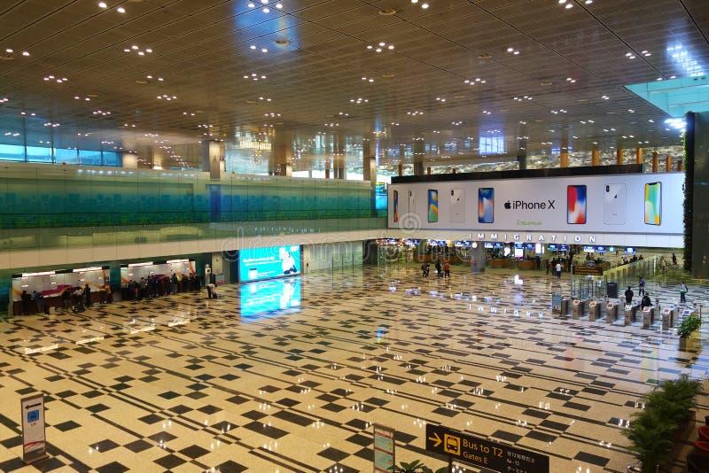 人们在樟宜国际机场到来大厅里 图库摄影
