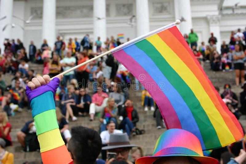 人们在步被会集赫尔辛基座堂等待骄傲游行开始 免版税库存照片