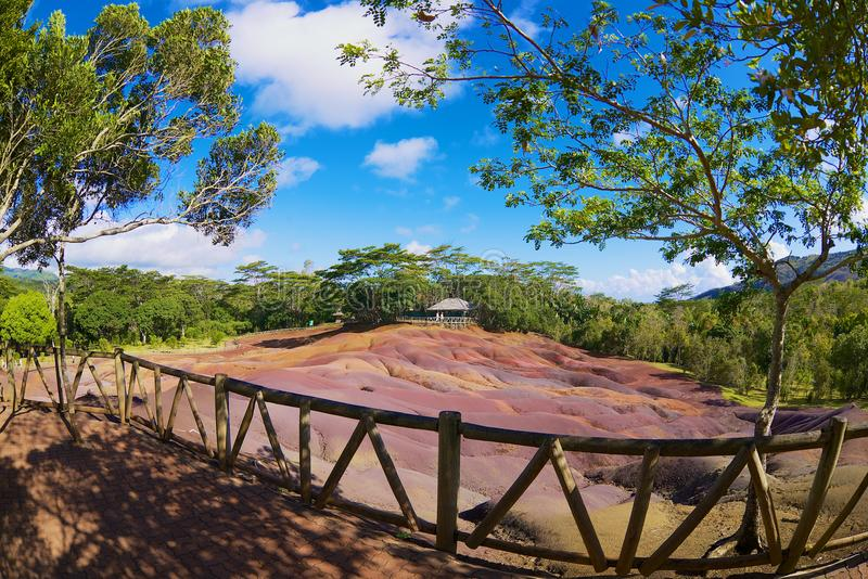 人们在毛里求斯海岛参观七色的地球在Chamarel 免版税库存照片