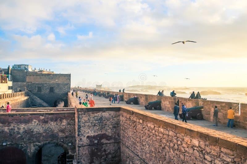 人们在沿海岸区垒附近放松由大西洋海岸索维拉,摩洛哥 图库摄影