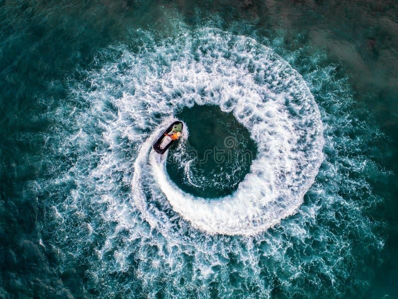 人们在海播放喷气机滑雪 鸟瞰图 顶视图 上午 库存图片