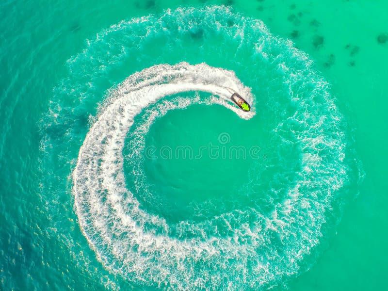 人们在海播放喷气机滑雪 鸟瞰图 顶视图 上午 免版税库存照片
