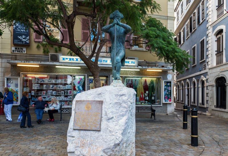 人们在特拉法加广场附近观察纳尔逊的雕象-直布罗陀是英国海外领地和陆岬,在西班牙` s南c 图库摄影