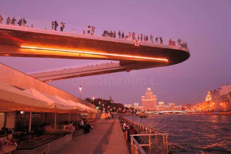 人们在玻璃桥梁站立在Zaryadye公园在莫斯科 普遍的地标 免版税库存照片