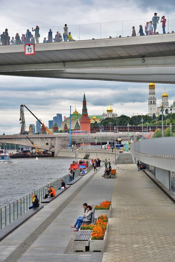 人们在玻璃桥梁站立 Zaryadye公园在莫斯科 图库摄影