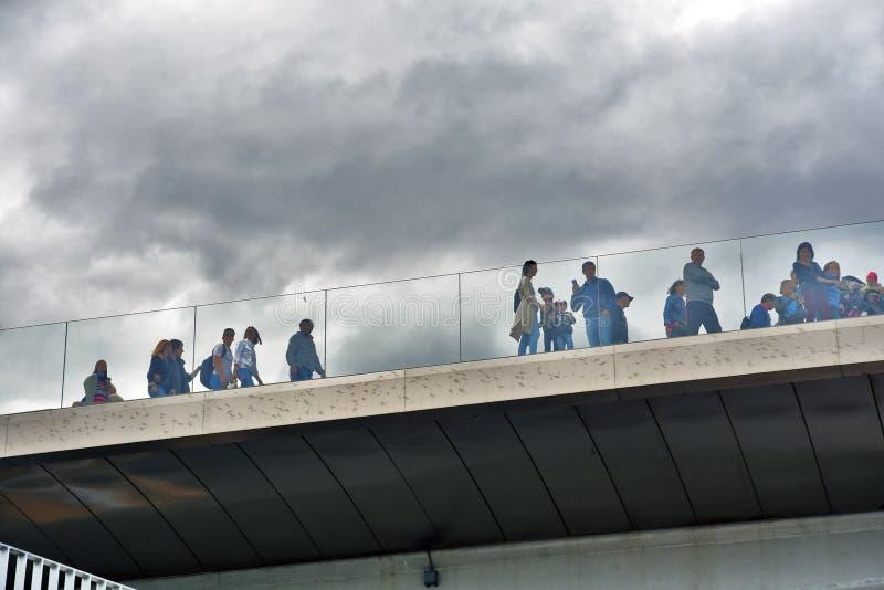 人们在玻璃桥梁站立 Zaryadye公园在莫斯科 免版税库存照片