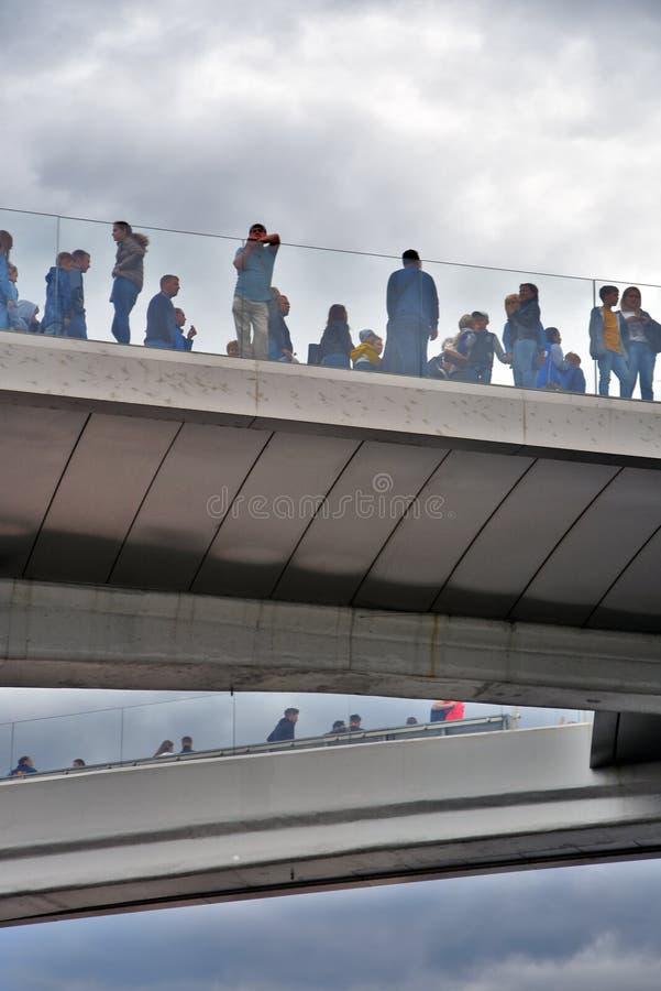 人们在玻璃桥梁站立 Zaryadye公园在莫斯科 免版税图库摄影