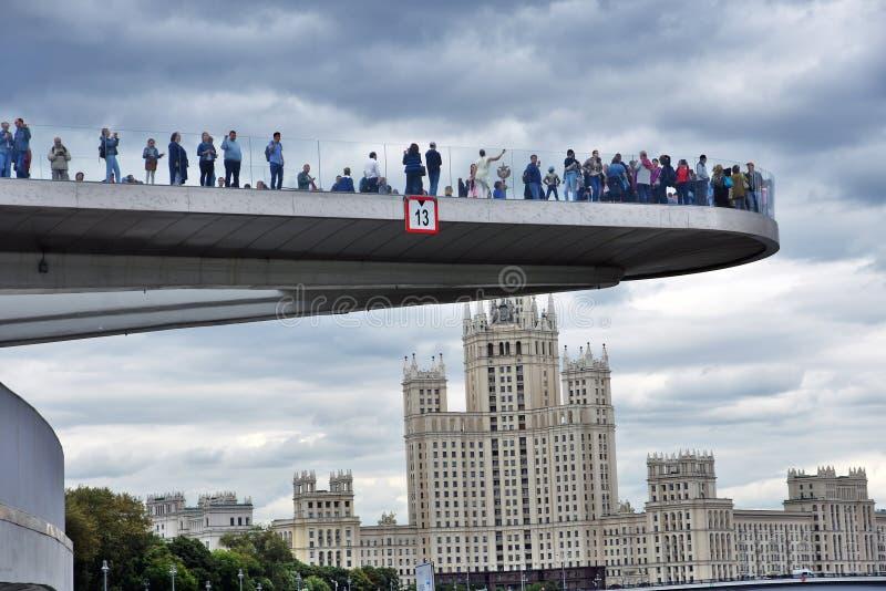 人们在玻璃桥梁站立 Zaryadye公园在莫斯科 库存图片