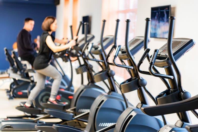 人们在省略发怒教练员训练在健身屋子里 库存照片