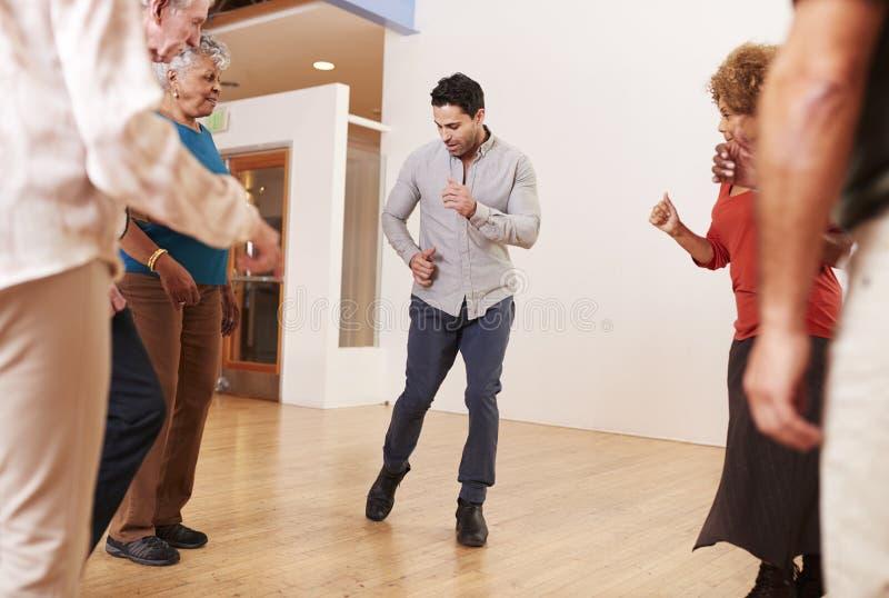 人们在社区活动中心的上舞蹈课 免版税库存图片