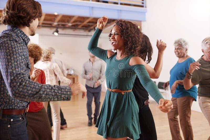 人们在社区活动中心的上舞蹈课 免版税库存照片