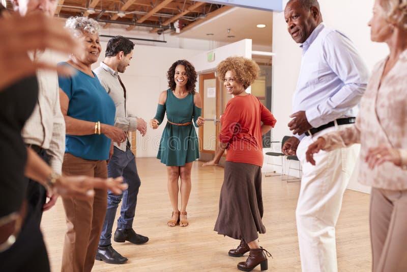 人们在社区活动中心的上舞蹈课 图库摄影