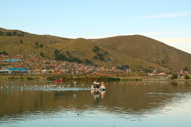 人们在秘鲁的普诺镇享受在的喀喀湖的桨划船 库存图片